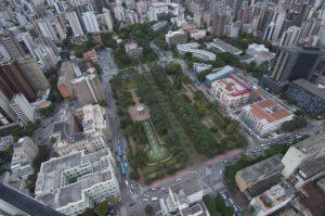 Imagem mostra foto aérea da Praça da Liberdade e CCBB, que ficam nas proximidades do empreendimento Living Savassi.