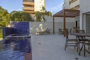 Imagem mostra a foto da área da piscina e do pergolado do edifício L'Essence, da Monterre Construtora.