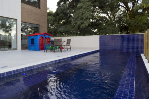 Imagem mostra a foto da piscina do edifício L'Essence, da Monterre Construtora.