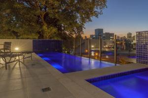 Imagem mostra a foto noturna da piscina do edifício L'Essence, da Monterre Construtora.