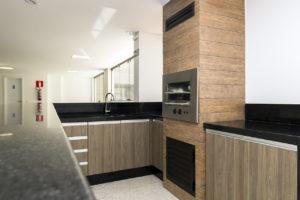 Imagem mostra foto da churrasqueira do salão de festas do edifício Le Jardin, da Monterre Construtora.