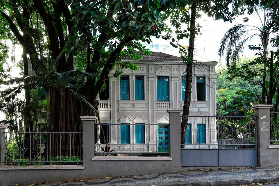 A imagem mostra a casa na Rua Professor Estevão Pinto, 601, já foi residência do professor Antônio Aleixo.