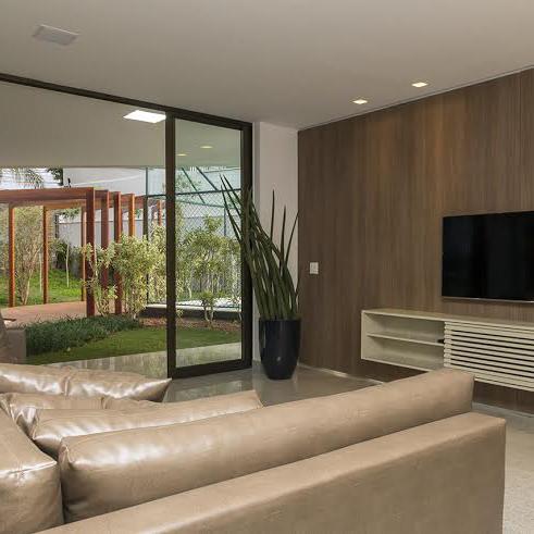 Imagem mostra uma das áreas comuns mobiliadas de um edifício.